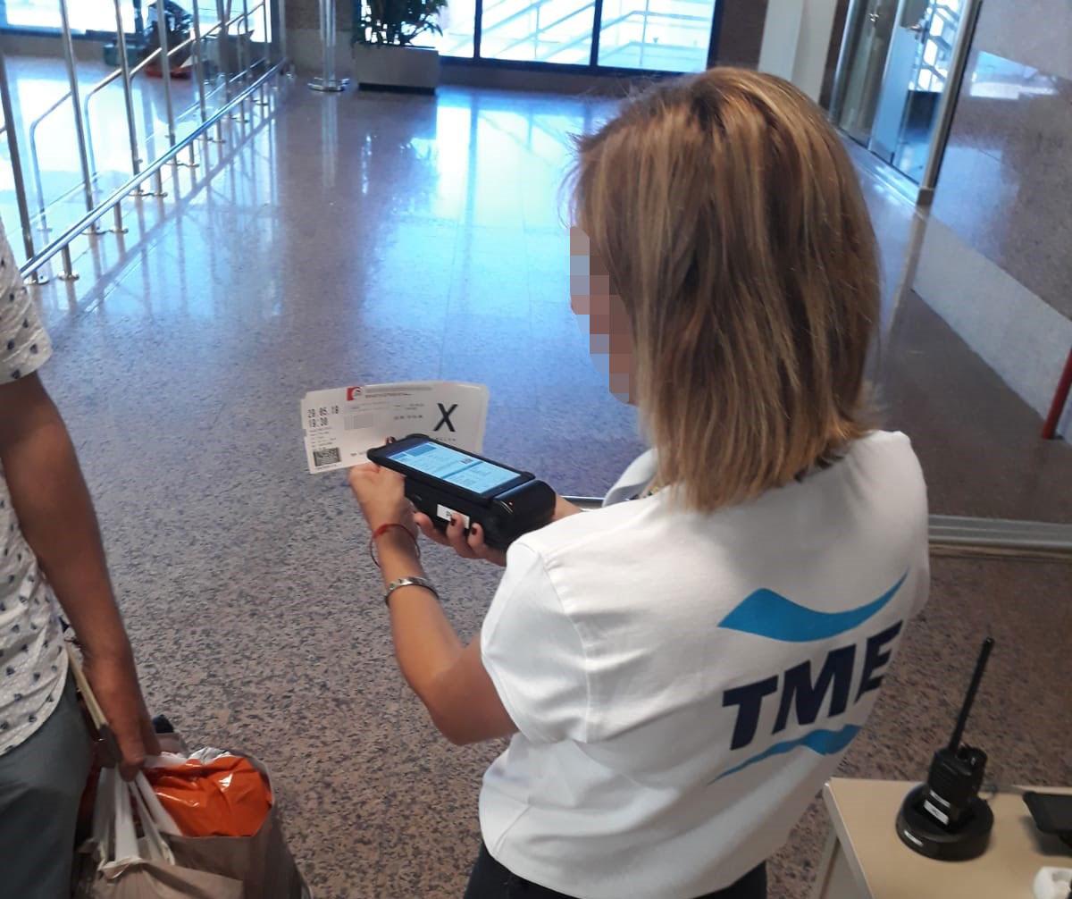 Lectura de tarjeta de embarque con dispositivos Grabba en el Puerto de Algeciras
